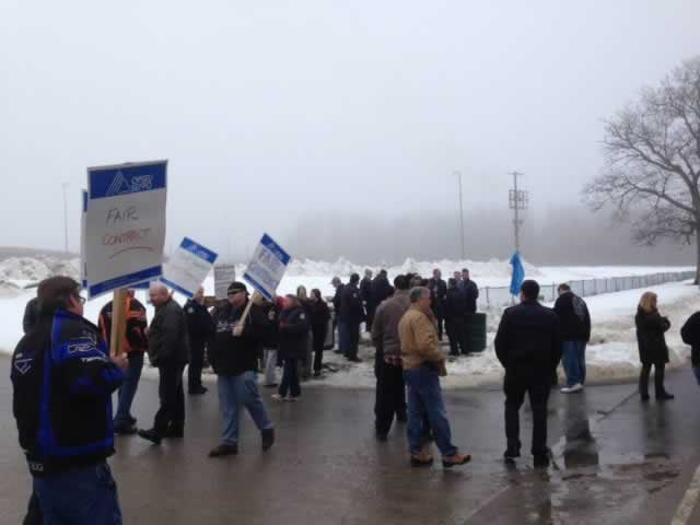 OPSEU members hold up signs that say 'Fair Contract' as they attend rally in Penetanguishene